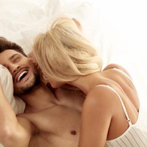 イカせてくれない…?エッチ時に「男が愛を感じる」女の行動4選