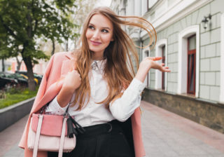 鞄の中に小さなアレが…恋愛運がいい女子が「持ち歩いているもの」4選