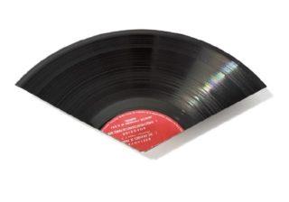 本物のレコードを大胆にカット! エコ発想の個性派うちわ