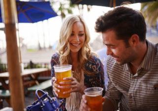 お、かわいいじゃん♡…男がグッとくるお酒を飲む仕草