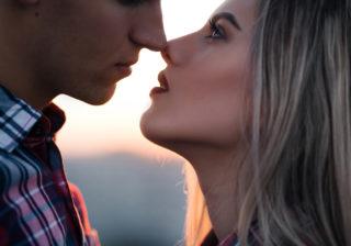 慌ててギュッ…!男が「密かに可愛いと思ってる」キス中の仕草4選