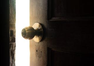 あなたの家は大丈夫?運気が下がる「玄関・リビング」の特徴3つ