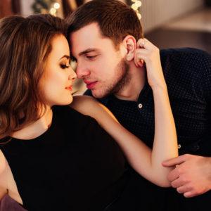 フッと息を…お家デートで「彼を欲情させる」スキンシップ 3選