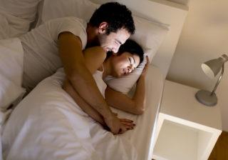 2人で寝ているとき…男が愛おしいと思う「彼女の行動」4つ