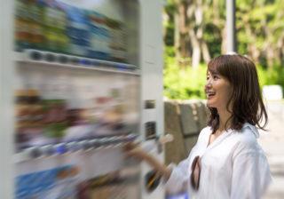 可愛いなぁ…自販機で「飲み物を買う時」男をドキッさせる仕草4選
