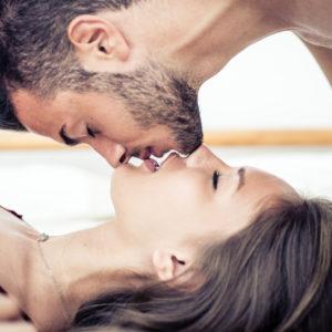 ずっと目をつむって…男が浮気を疑った「彼女のベッド上の仕草」3つ