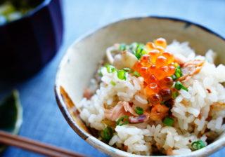 鮭に醤油バターが最高~! 彼の食欲が止まらない『秋鮭の炊き込みご飯』