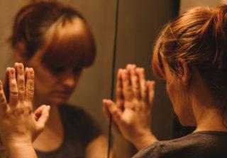 意識が吸い込まれる?鏡の前で「絶対にしてはいけない怖いコト」4選
