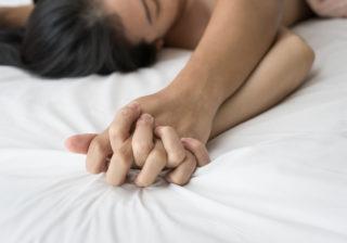 純粋だから…「男性経験少なめ女子」がベッド上でやりがちな仕草3つ