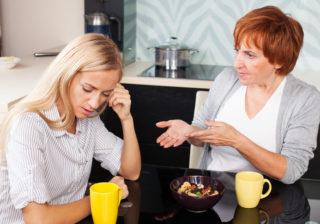 不機嫌にお金を…妻が疲弊する「姑の理解不能な行動」3選