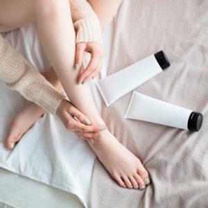 """あ! くさいかも!? 足のにおい対策、医師のおすすめは""""塗るタイプ""""の…"""