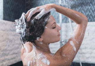 何気ない仕草で…お風呂で彼氏に「品がある」と思わせる行動4選