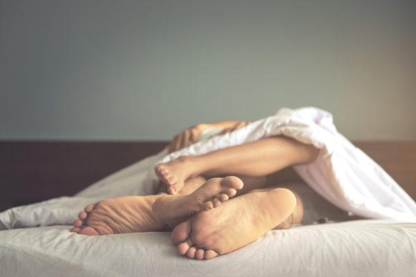 手 を 繋い で 寝る