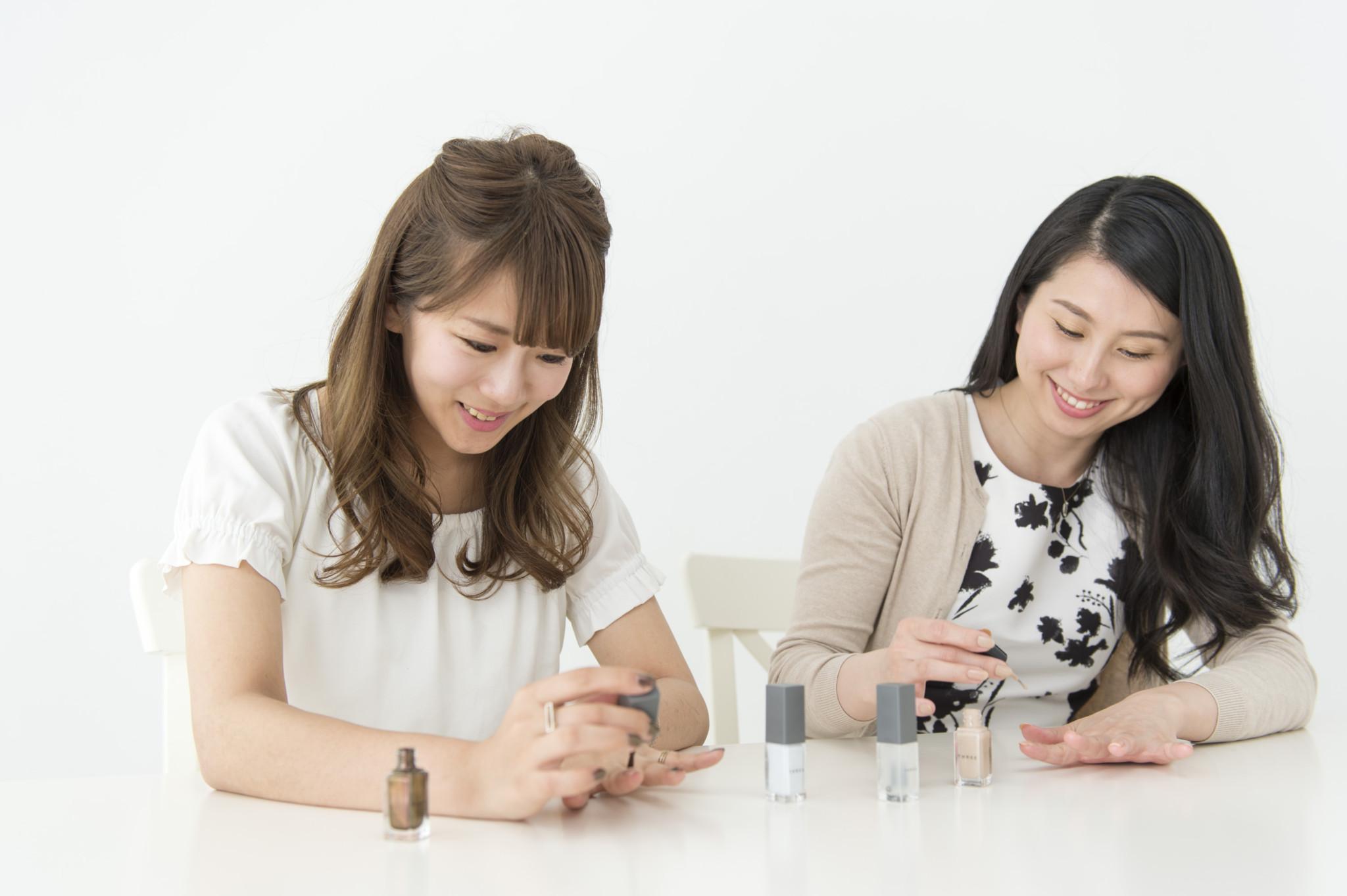 右から、新宮志歩さん(no.191、24歳・ラジオDJ)、中村朝紗子さん(no.002、24歳・自営業)