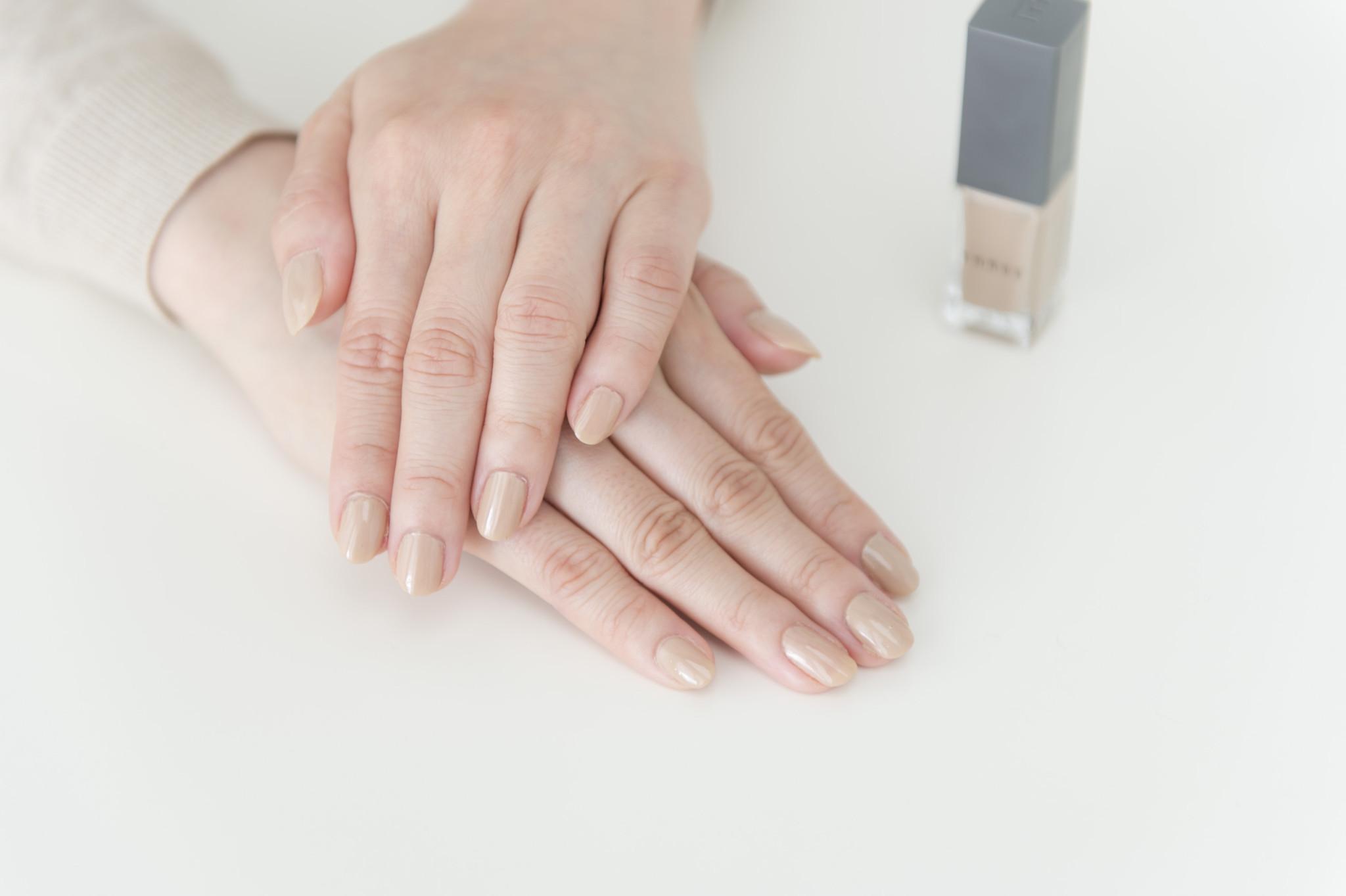 42番を塗った新宮さん。「指が短いのがコンプレックスなんですが、これを塗ると長く見えますね!」