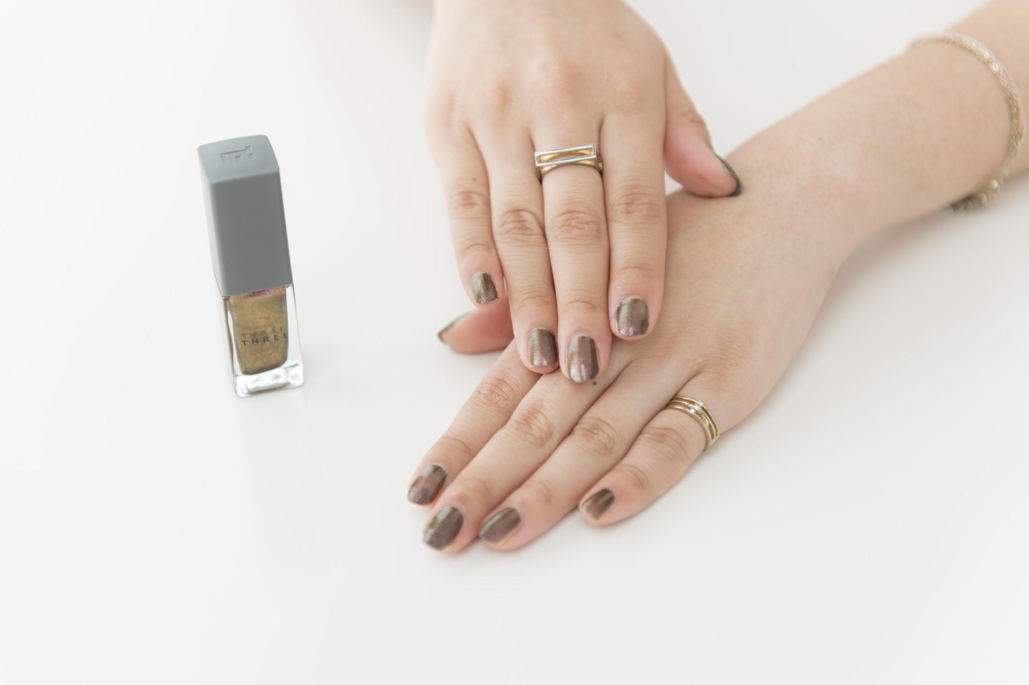 40番を塗ってみた中村さん。「色っぽい指先に。ゴールドのアクセサリーとも相性ぴったりです」