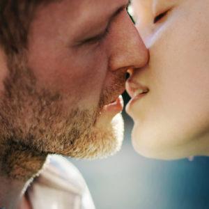 """意外と細かい…! 男が""""キス中に萎える""""女の特徴7つ"""