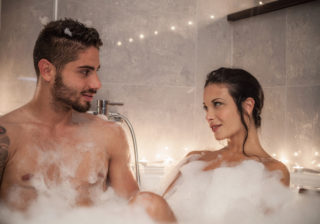 股をゴシゴシ!?…男が萎えた「一緒にお風呂に入った時」の彼女の行動3つ