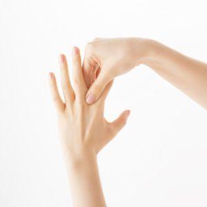 """スマホで指を使いすぎなので…肩こりも改善の""""指の間ほぐし""""とは?"""