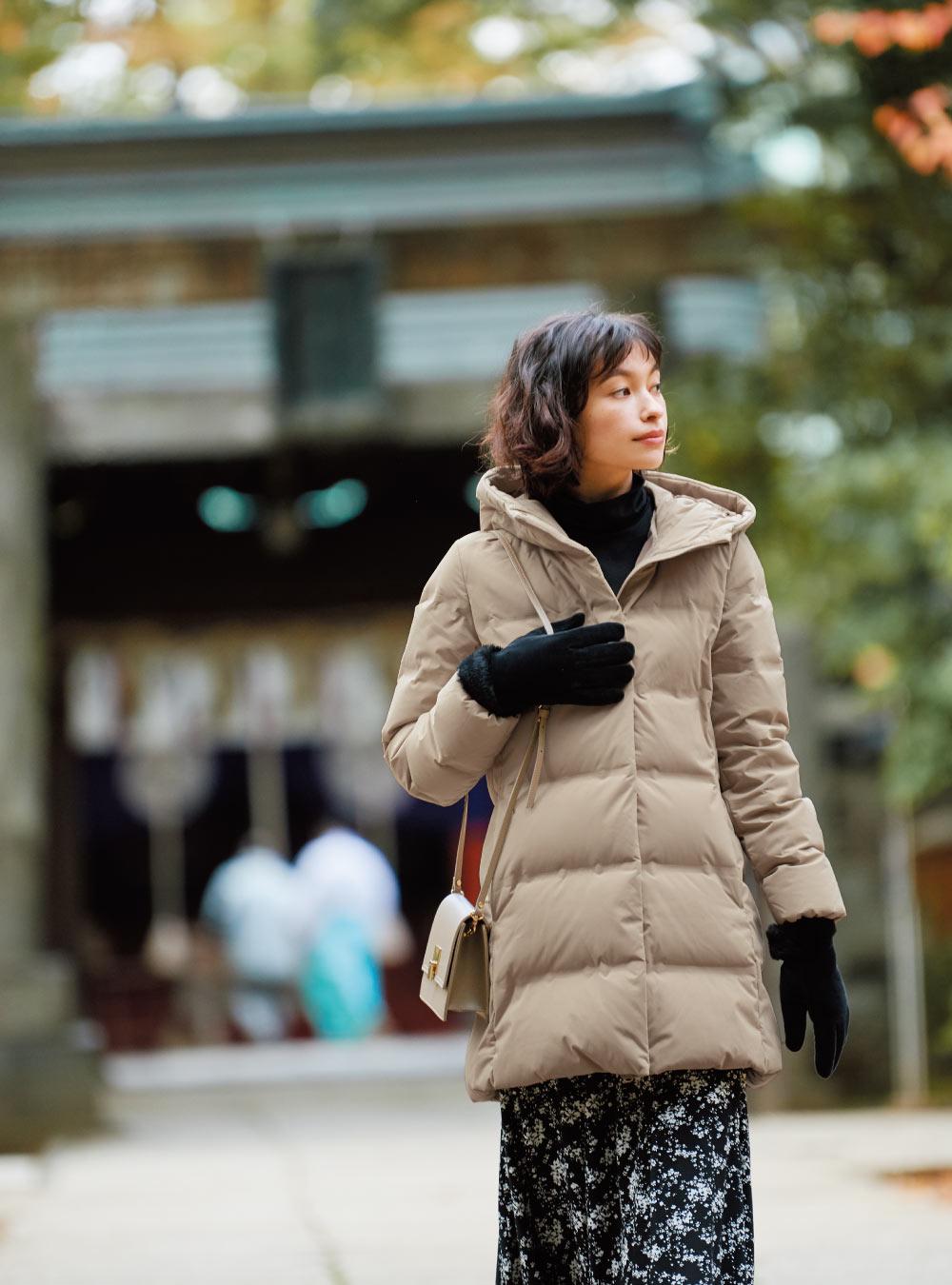 ヒートテックエクストラウォームタートルネックT¥1,500 ヒートテックライナーファータッチカフスグローブ¥1,500 コート¥14,900 スカート¥2,990(以上UNIQLO) バッグはスタイリスト私物