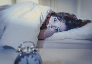 霊に取りつかれるかも…!「寝室でしてはいけない」不吉な行動4選