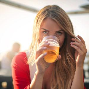 髪をかき上げた姿にキュン♡… お酒デートでドキッとする「女子の仕草」4つ