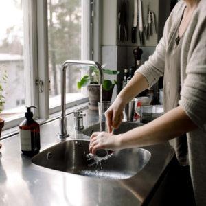 手荒れ解消テク!…手洗い後クリームを塗る前の「簡単ひと手間」でプルプル肌に!