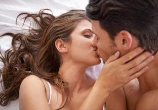 舌でペロペロ… 男が喜ぶ「タマタマの扱い方」4つ