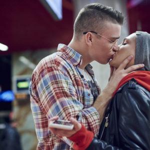一瞬舌を入れて… 彼が興奮した「彼女の積極的なキス」4つ