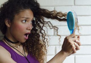 ブラシの前にアレを塗る!…絡まった髪の「正しい梳かし方」
