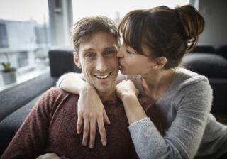 頑張ったごほうびに…♡ 男が萌えた「座ったままのキス」4選