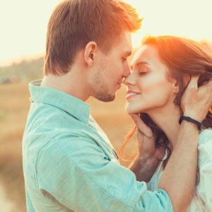 キスしちゃおうかな…♡  デート中「見つめ合ったとき」男が思うコト4つ