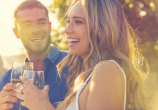 彼女のお尻に挟まって… デート中に男が「嬉しくなった」瞬間4つ