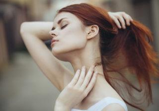 胸周りをパタパタ…♡ 夏デートで「男がムラッとする」女子の行動4つ