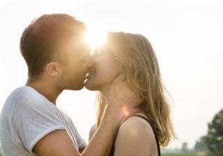 アソコにそっと手を…!? 男が「本命女子とのキス中」にすること5つ