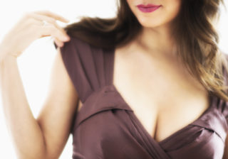 乳首の色が…女性約200人に聞いた「おっぱいの悩み」