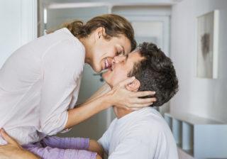 首筋にチュッ… 男性が忘れられない「年下女性からの魅惑のキス」3つ