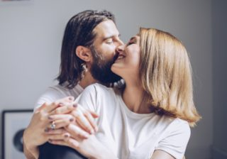 指先でチョン… 男性が悶える「キスの効果的な焦らし方」4つ