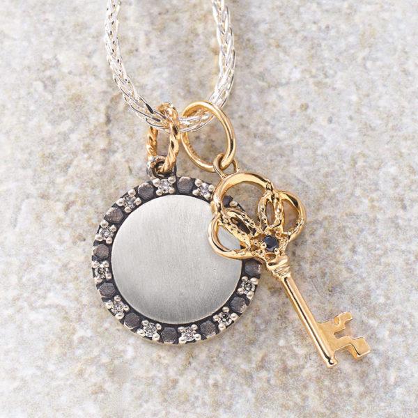 チャーム【新月】(SV×K10×ダイヤモンド)¥17,000、チャーム【馬蹄&鍵】(K10×ブラックダイヤモンド)¥17,000、チェーン(SV)¥11,000