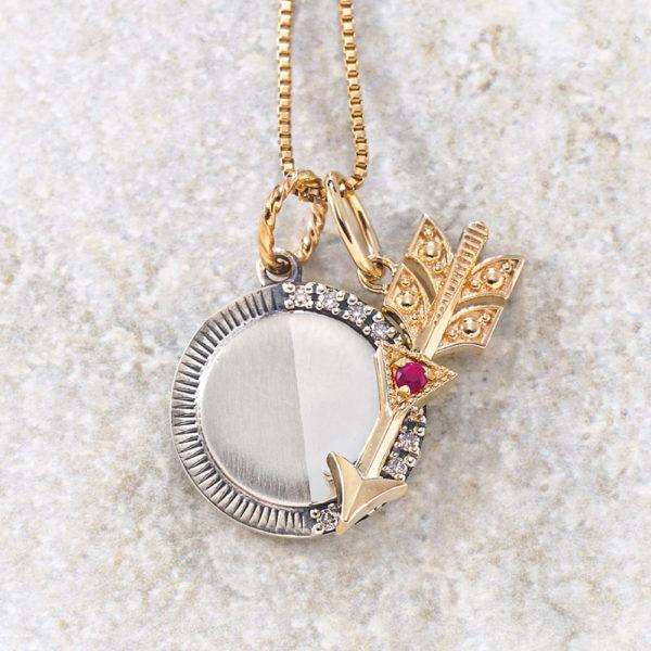 チャーム【上弦の月】(SV×K10×ダイヤモンド)¥17,000、チャーム【矢&三角形】(K10×ルビー)¥17,000、チェーン(K10)¥20,000