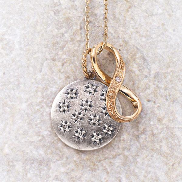 チャーム【満月】(SV×K10×ダイヤモンド)¥17,000、チャーム【インフィニティ&リボン】(K10×ダイヤモンド)¥17,000、ネックレス(K10×フェルスパー)¥29,000