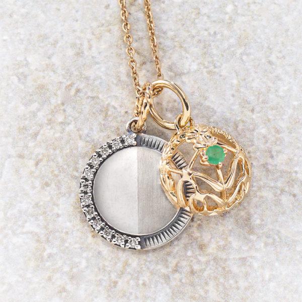 チャーム【下弦の月】(SV×K10×ダイヤモンド)¥17,000、チャーム【ハーブ&星】(K10×エメラルド)¥17,000、チェーン(K10)¥16,000