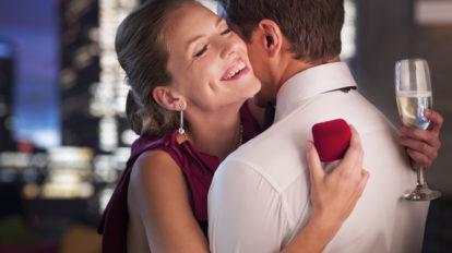 彼氏が寝ている横で… 女性がハマった「浮気相手とのキス」4選 - …