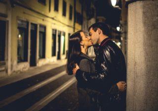 ヤバッ、可愛すぎる…♡ 男性がキュンとした「屋外でのピュアなキス体験」4つ