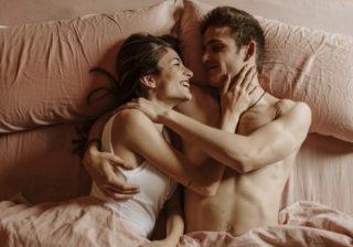 下着がズレてポロリ… 男性が欲情する「女性の胸」4つ