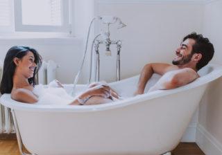 お股をパカッ… 男性が興奮する「お風呂でのエロい行動」4選