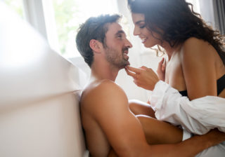 アソコに挟んでスリスリ…♡ 彼を「挿入ナシでも満足させた」彼女の行動4つ