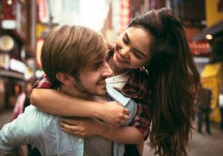 「それは反則でしょ…!」 男性がキス中に触れられると「ドキッとする場所」3つ