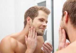 スマホを見ながら… 男性がお風呂で「こっそりしているコト」4つ