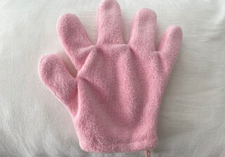 【100均】ただの手袋じゃありません!「寝る前&睡眠中に役立つ神アイテム」4選